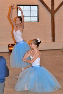 To af Holstebro Balletskoles dygtige piger i en yndefuld Pas de Deux